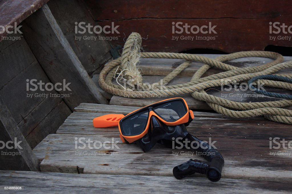 Оранжевый трубка Водолазная маска на лодке после dive Стоковые фото Стоковая фотография