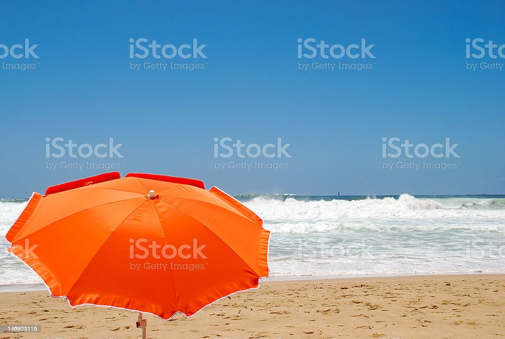 Naranja parasol en la playa foto de stock libre de derechos