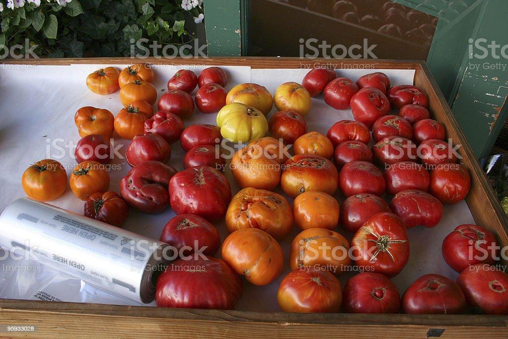 Emincé de tomates au marché bio photo libre de droits
