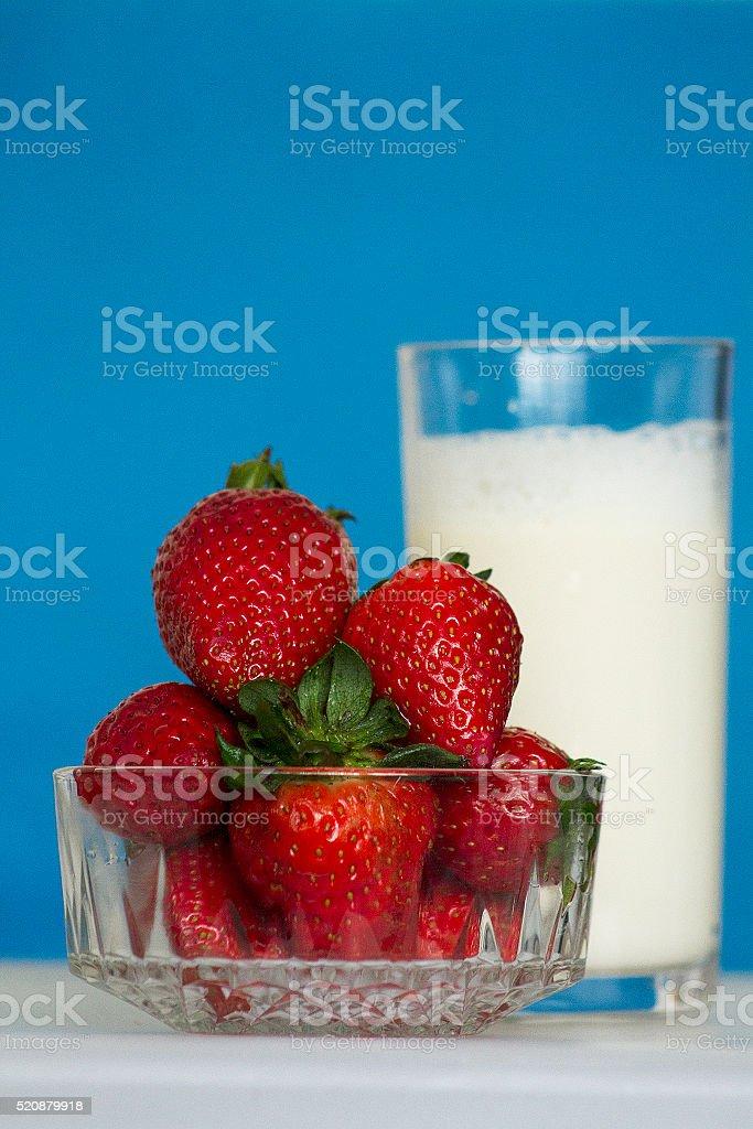 Fragole e latte biologico foto stock royalty-free