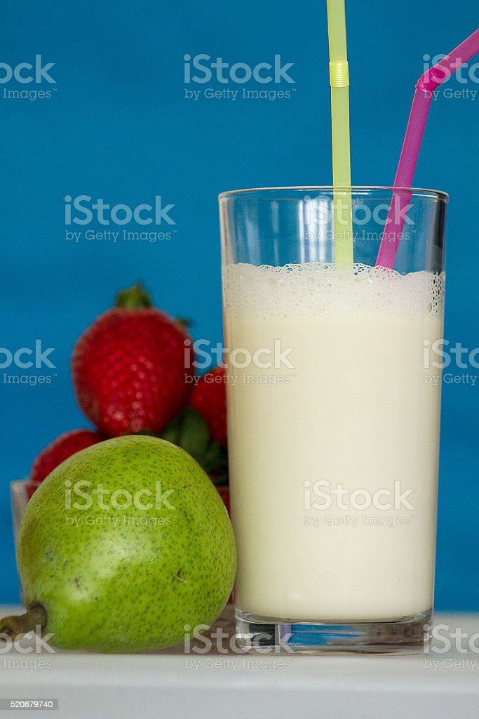 Organico fragole, un bicchiere di latte e pere foto stock royalty-free