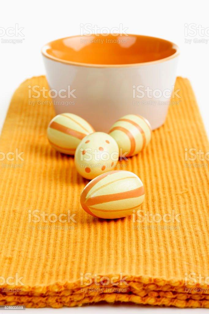 Ostern, Keramikschälchen, Ostereier, Kunststoff Eier stock photo