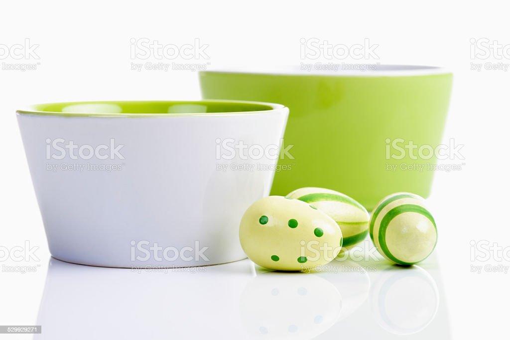 Ostern, Keramiksch??lchen, Ostereier, Kunststoff Eier stock photo