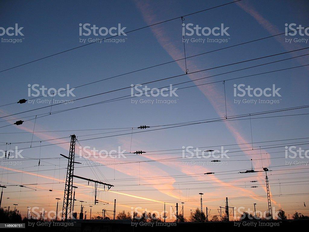 Cables aéreos en el amanecer foto de stock libre de derechos