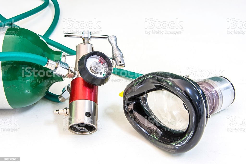Sauerstoffzylinder Regulierers und Maske mit Nachfrage Ventil Lizenzfreies stock-foto