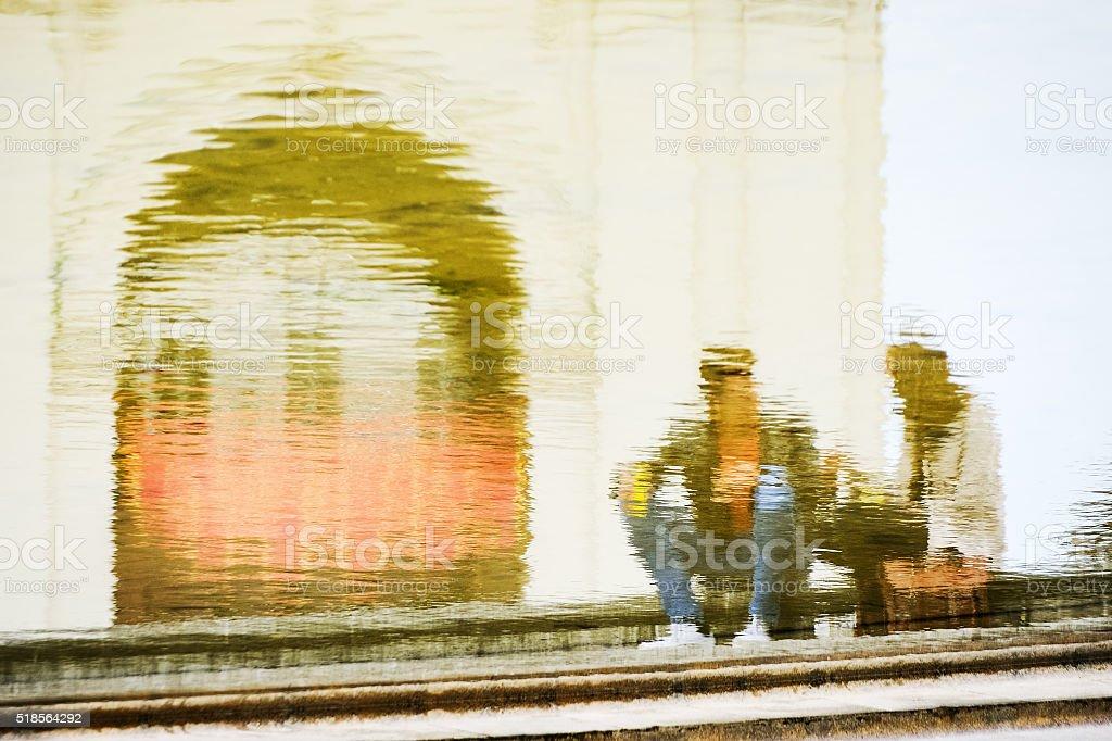 Paar Mann und Frau  spiegeln sich im Brunnen stock photo