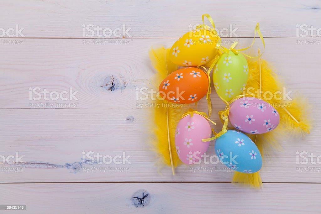 Huevos pintados y amarillo feathers foto de stock libre de derechos