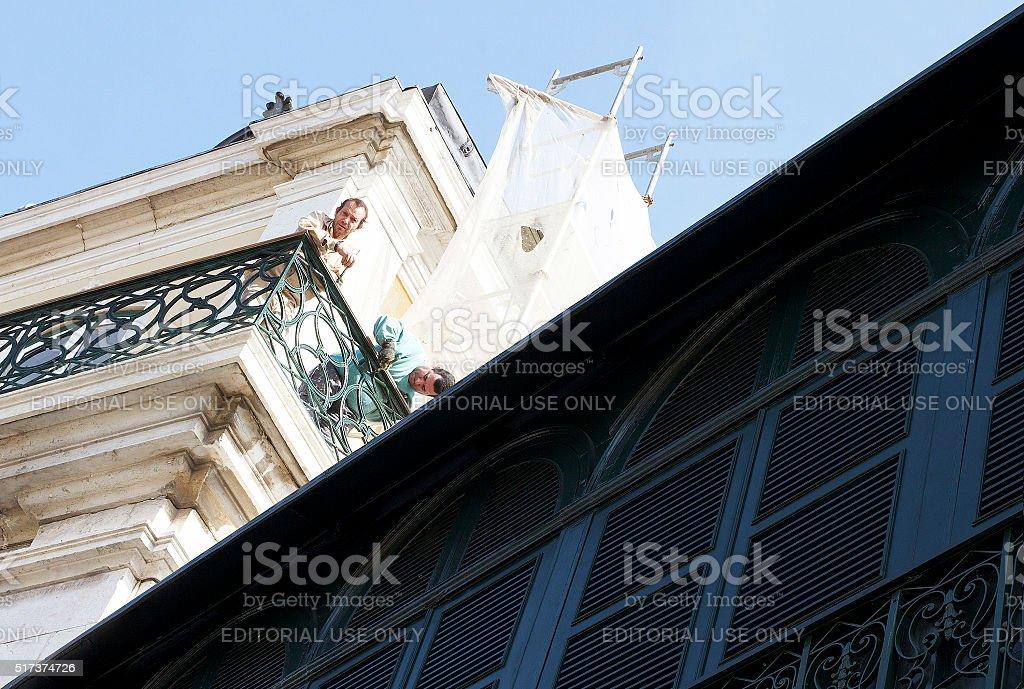Pittore pittura un balcone di Lisbona foto stock royalty-free
