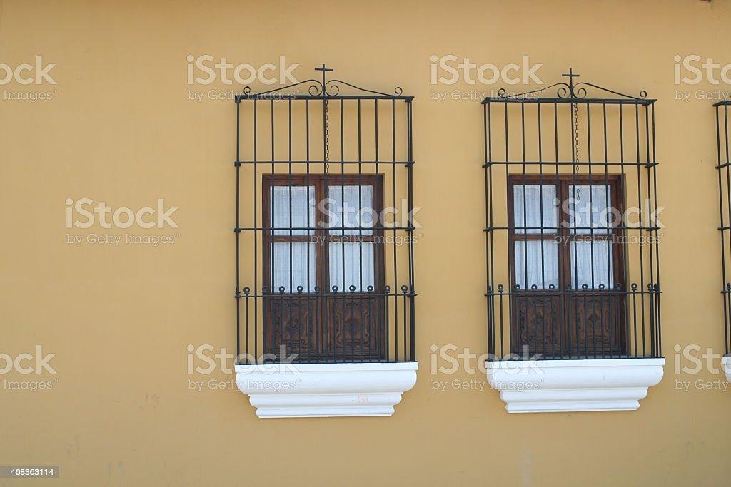 Пара испанский колониальный Windows Стоковые фото Стоковая фотография