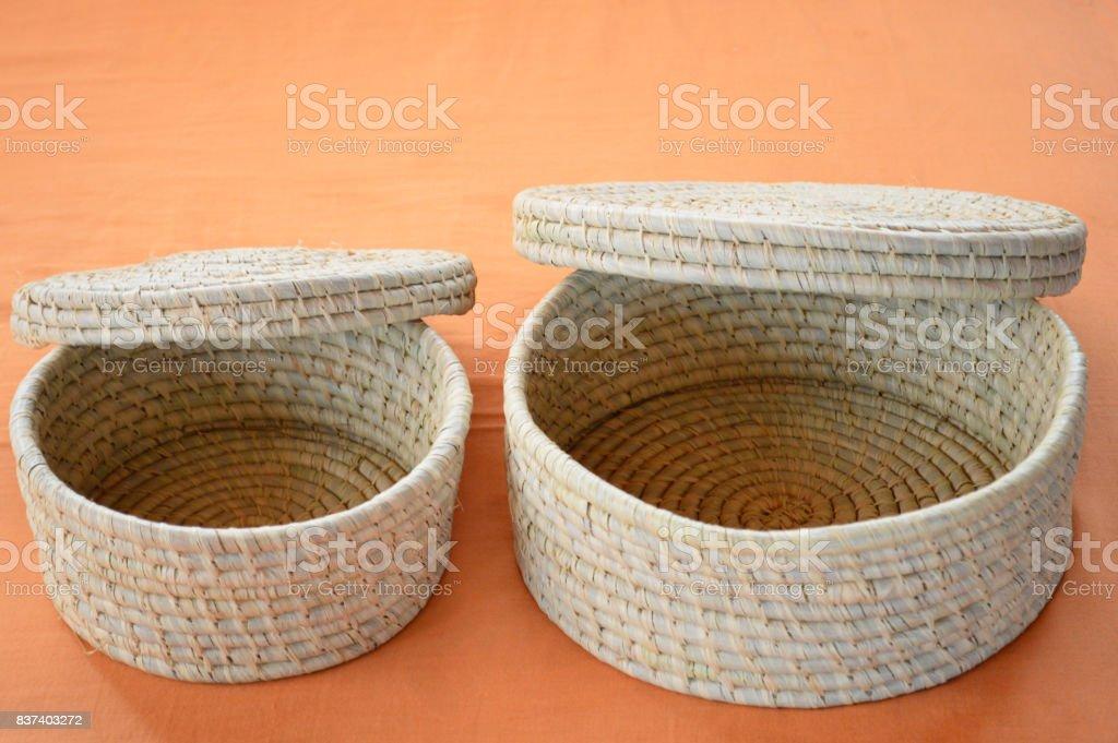 Panier faite à la main en osier tressé de forme arrondie avec couvercle stock photo