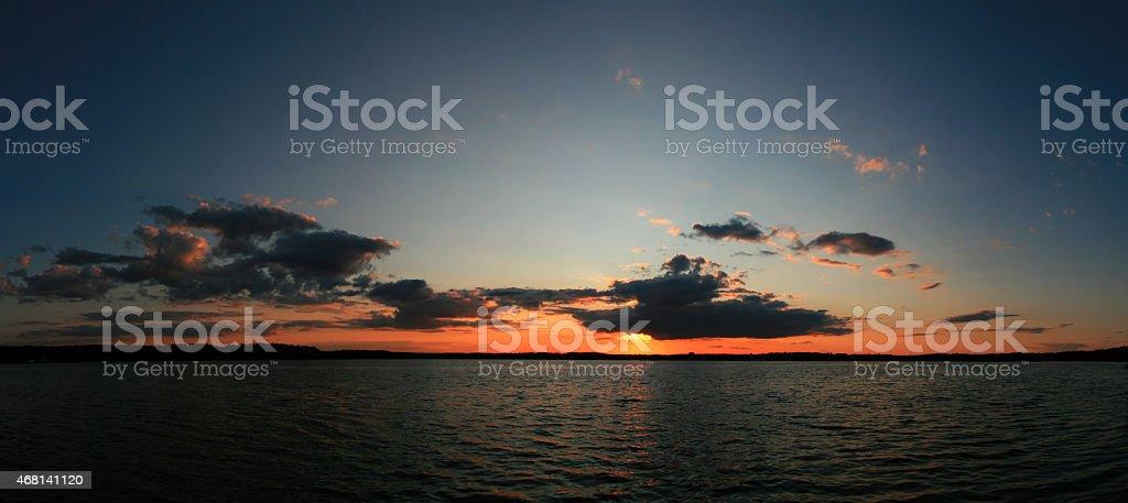 Vista panorámica de la hermosa puesta de sol foto de stock libre de derechos