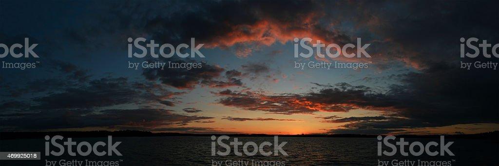 Vista panorámica de la puesta de sol sobre el lago foto de stock libre de derechos