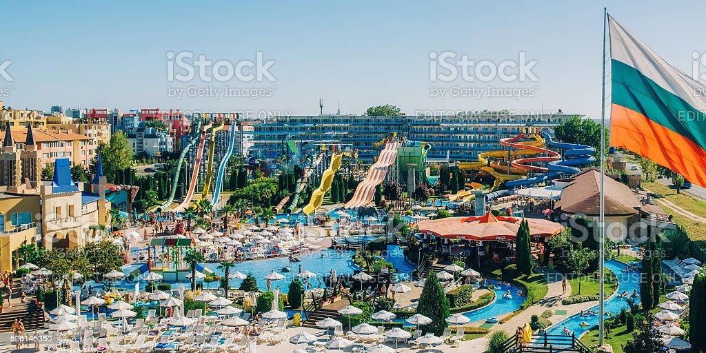 Панорамный вид аквапарк действий в солнечном пляже стоковое фото