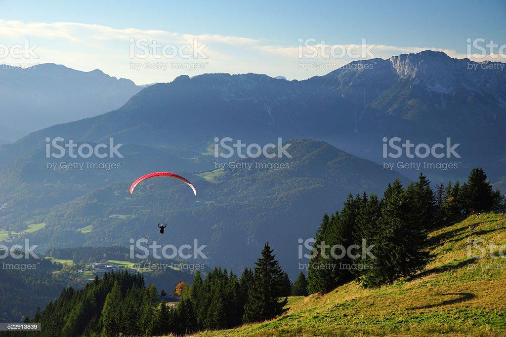 Paraglider schwebt in die Berge stock photo