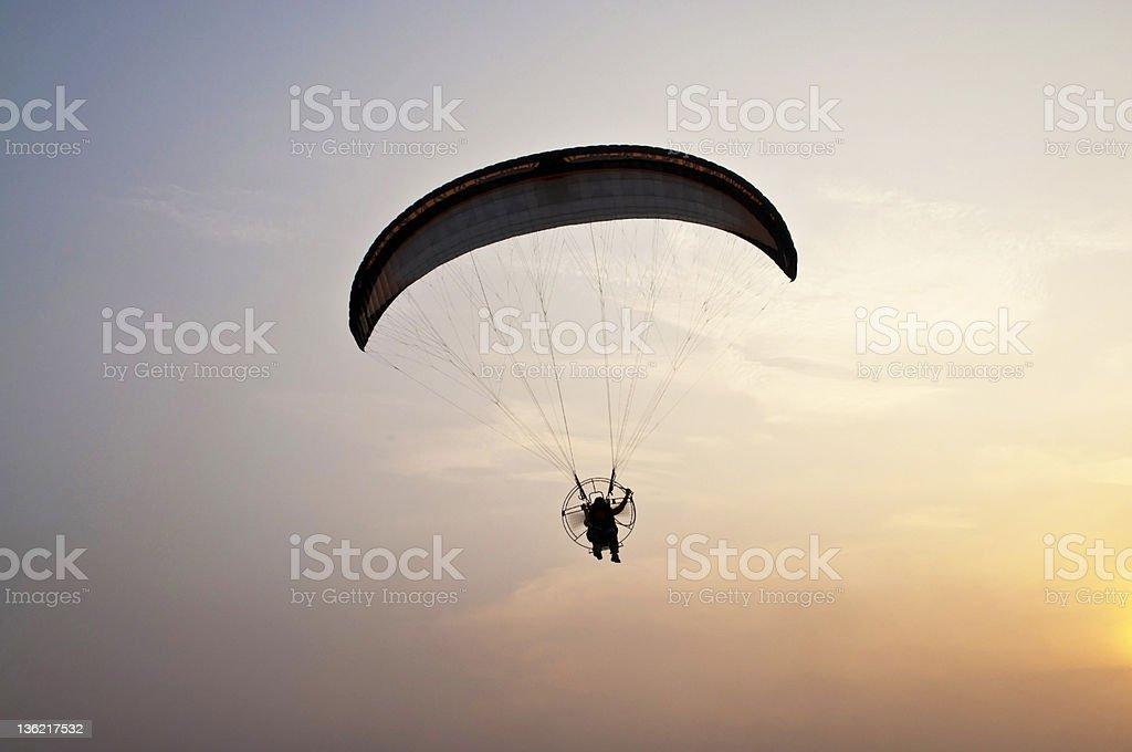 paramotor glider na zachód słońca zbiór zdjęć royalty-free
