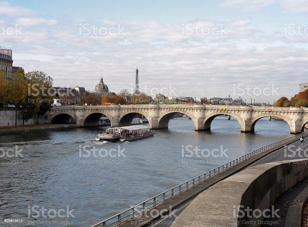 Parigi – Pont Neuf da Quai de la Megisserie stock photo