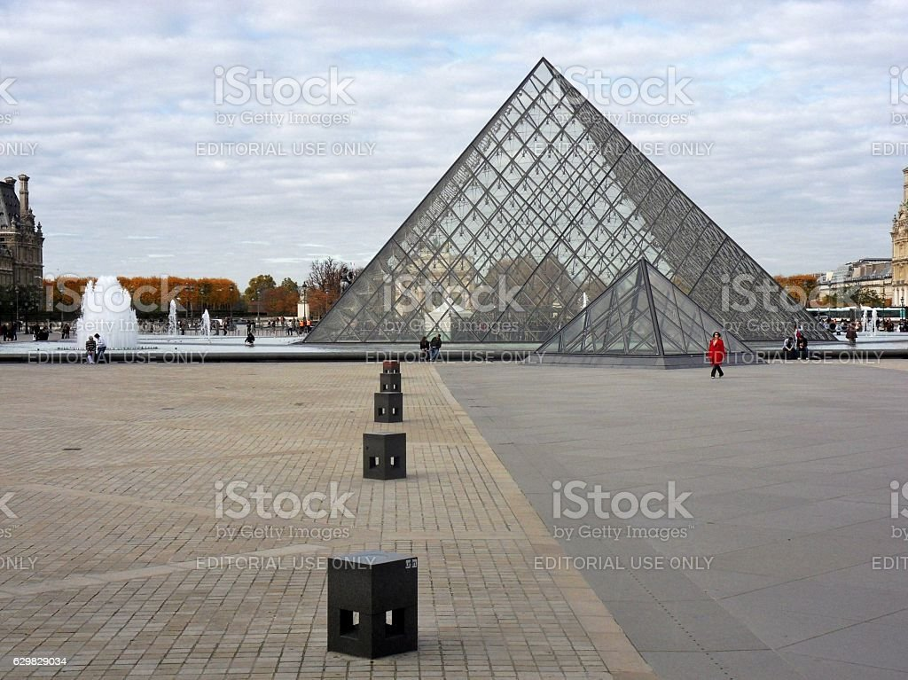 Parigi - Pyramide du Louvre stock photo