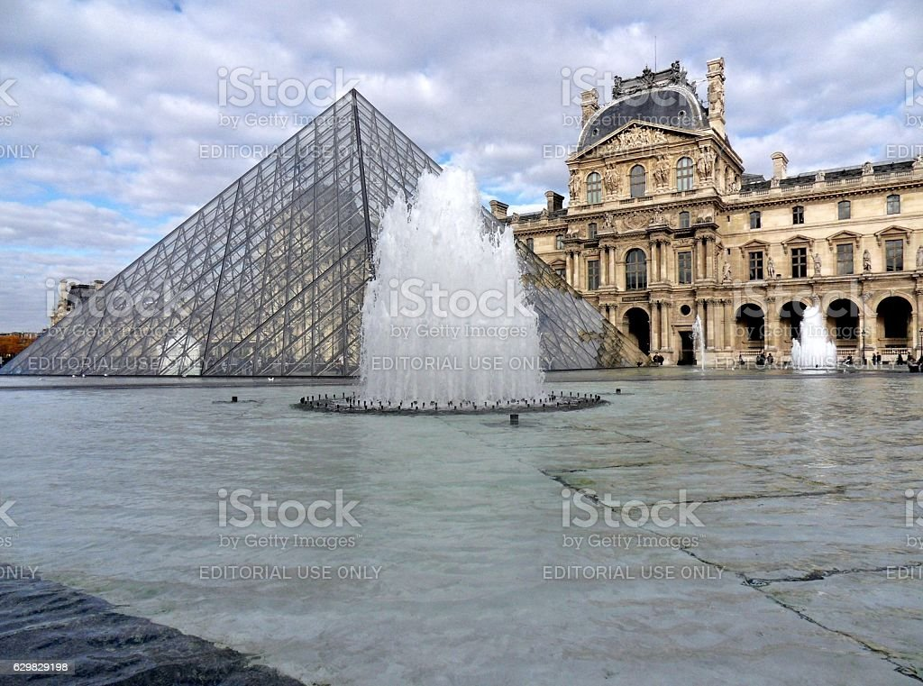 Parigi - Scorcio delle fontane del Louvre stock photo