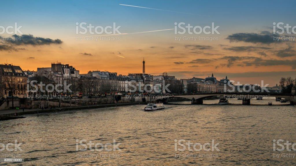 Paris à la tombée de la nuit depuis le Pont des Arts stock photo