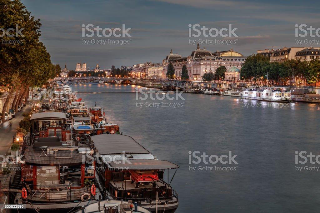 Paris à la tombée de la nuit sur les quais de Seine stock photo