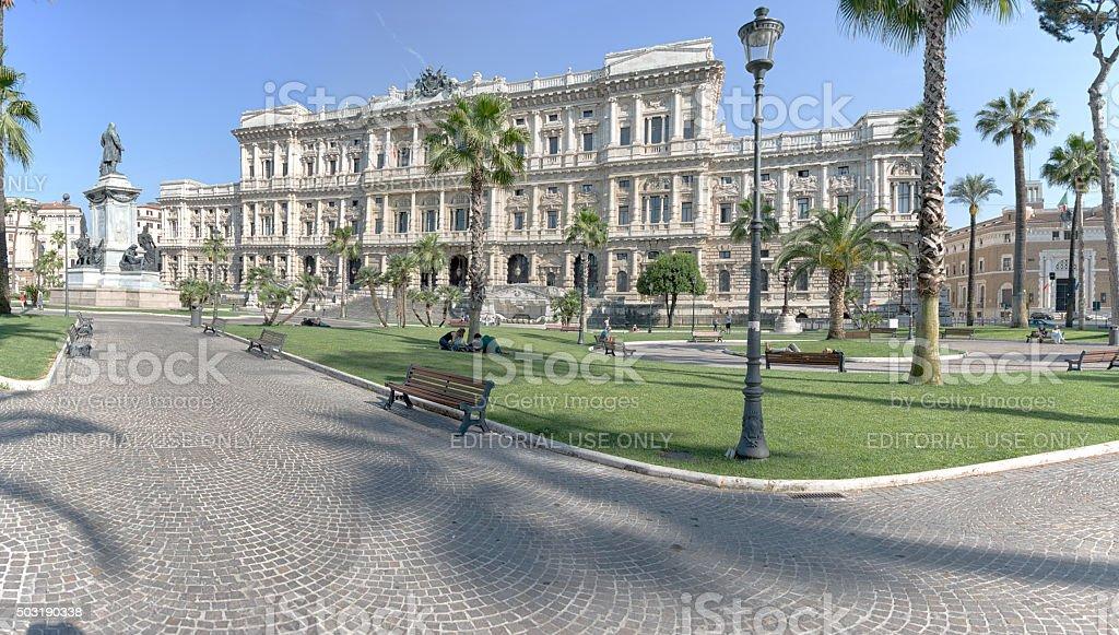 Park in Rom mit Justizpalast im Hintergrund stock photo