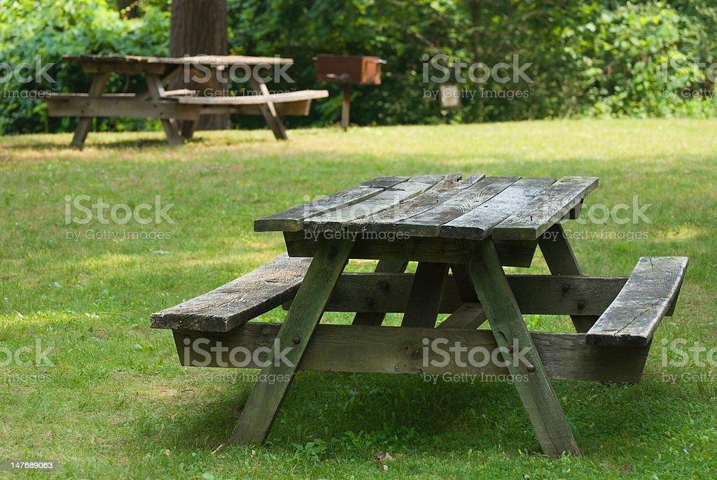 Park mesas de piquenique e churrasqueira foto royalty-free