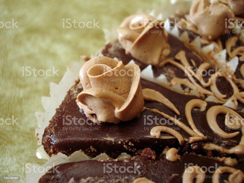 Parte de Bolo de chocolate com flores sobre fundo Texturizado foto de stock royalty-free
