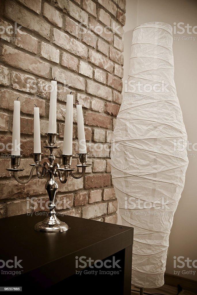 Parte do quarto com luz de velas e foto de stock royalty-free