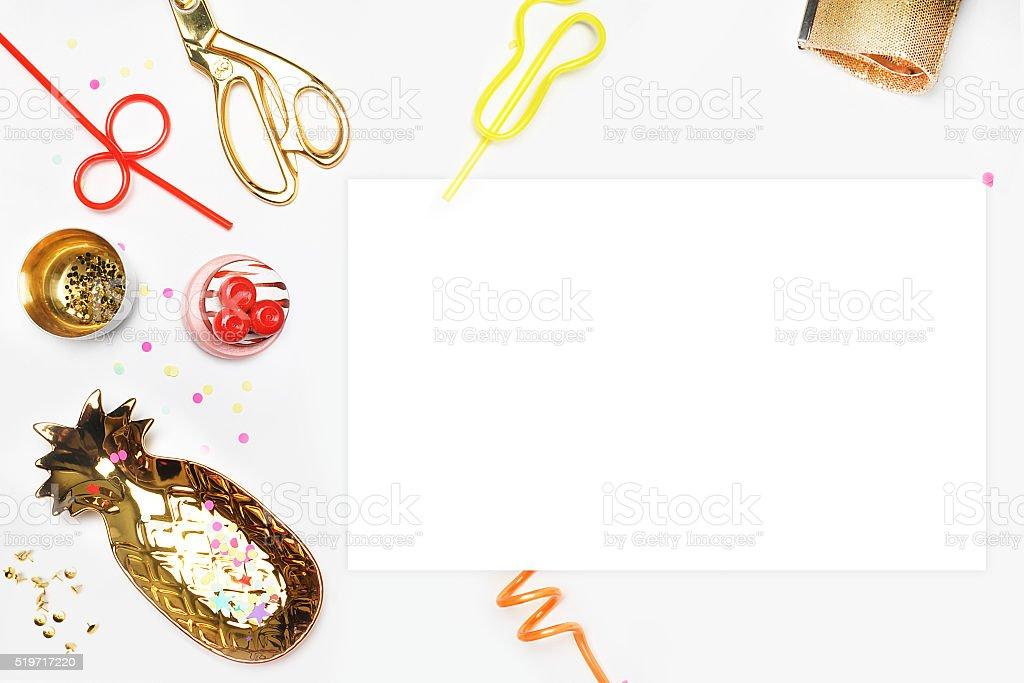 Convite maquete de. TV descansar. Branco em branco em cima da mesa foto royalty-free