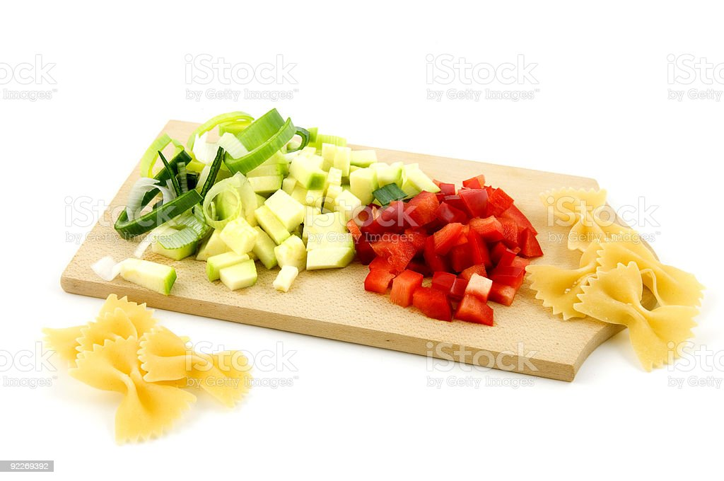Ingrédients pâtes sur la planche à découper en bois photo libre de droits