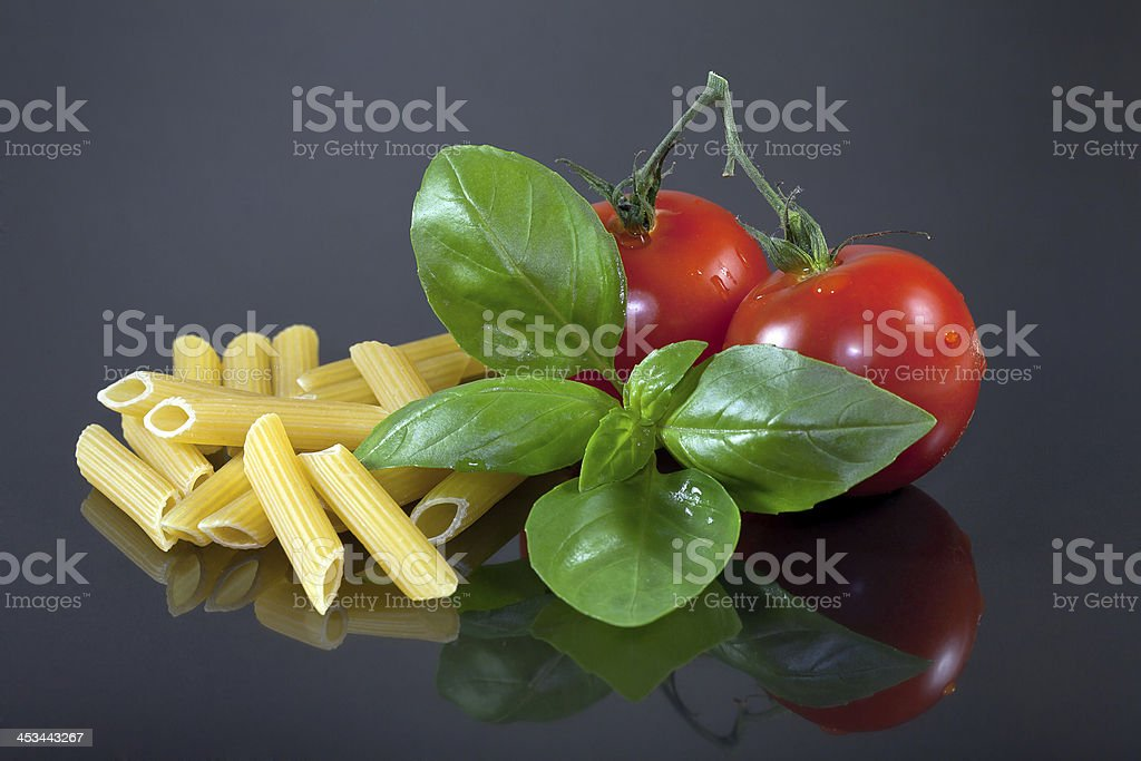 Pasta, Tomaten, Basilikum stock photo