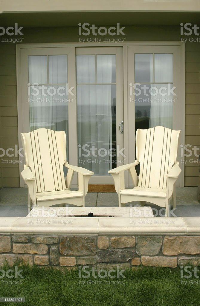 Patio avec chaises Adirondack photo libre de droits