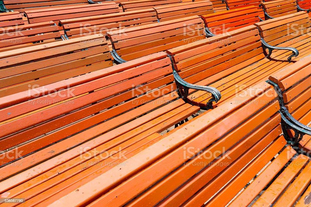 Motif rouge des bancs en bois de la piscine wet photo libre de droits