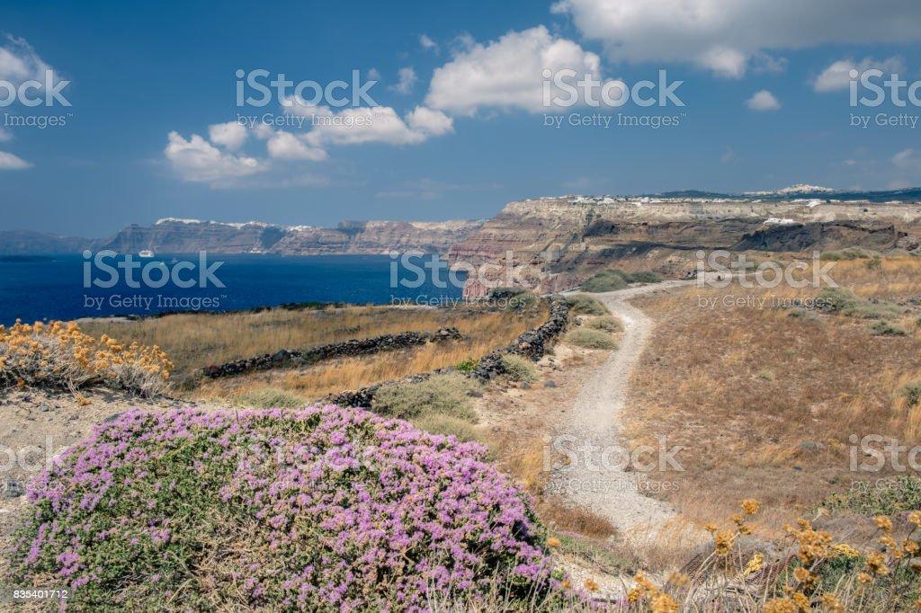 Paysage le long de la caldera à Santorin stock photo