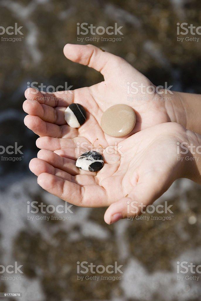 Pebble em mãos foto royalty-free