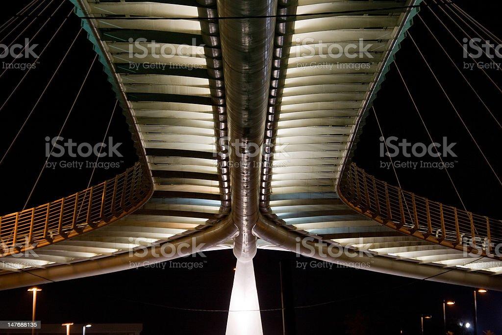 Pont piétonnier dans la nuit photo libre de droits