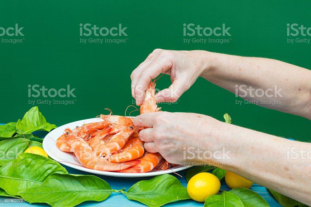 langostinos pelando con manos las photo libre de droits