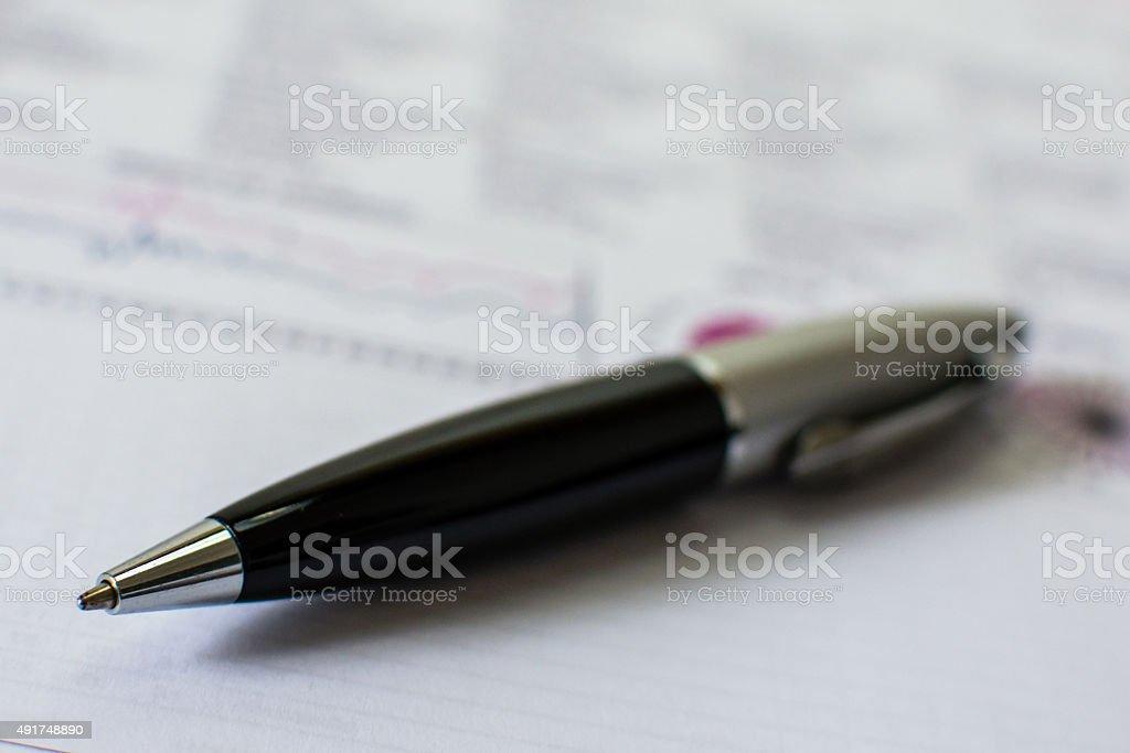 Caneta sobre papel em cores stock photo