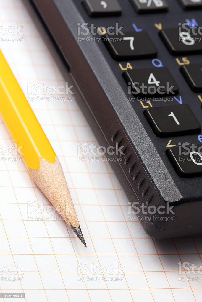 Bleistift und wissenschaftliche Honorarberechnung Lizenzfreies stock-foto