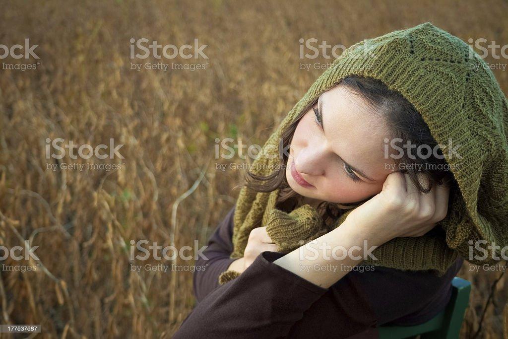 카메라를 향해 미소 짓는 생각에 잠긴 젊은 여자 루킹 한통입니다 필드 royalty-free 스톡 사진