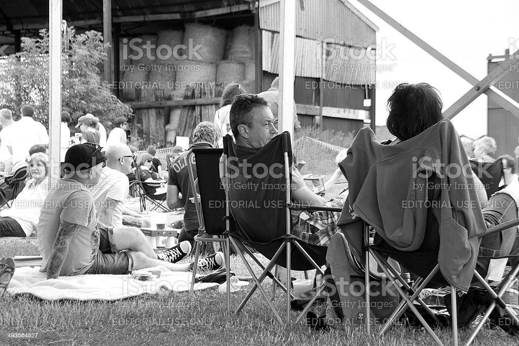 Persone a un concerto all'aperto nel Gloucestershire foto stock royalty-free