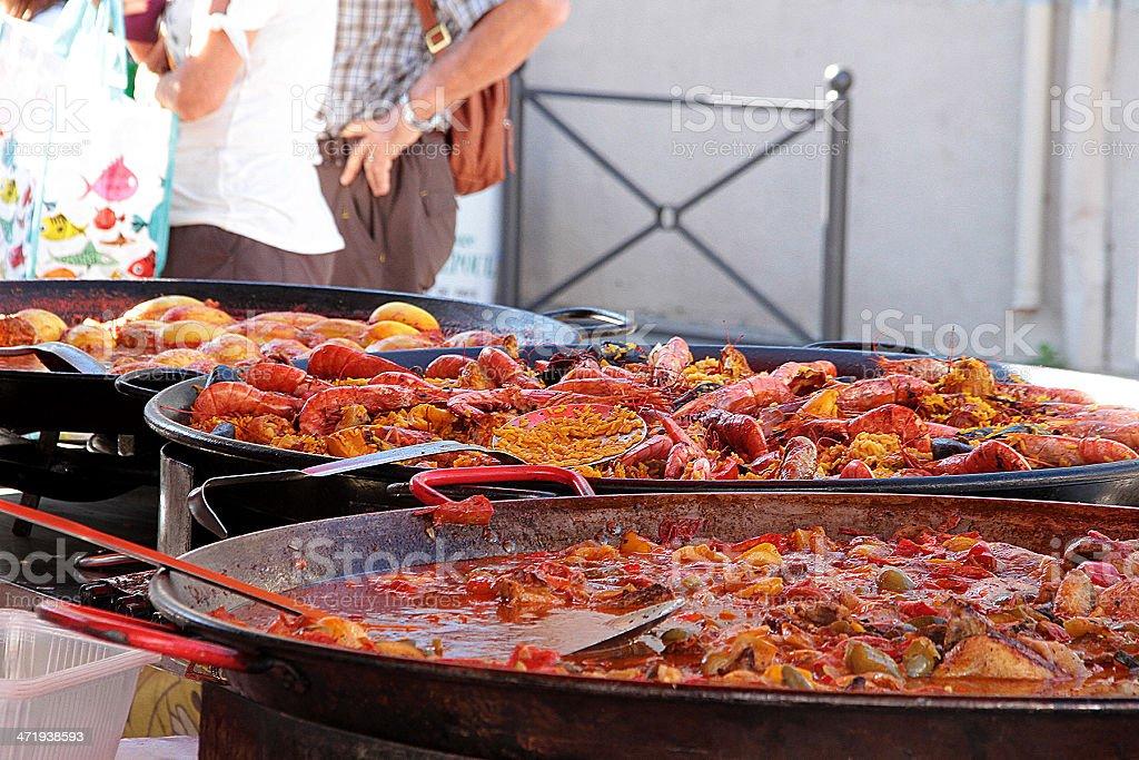 Persone acquisto di pollo e la Paella foto stock royalty-free