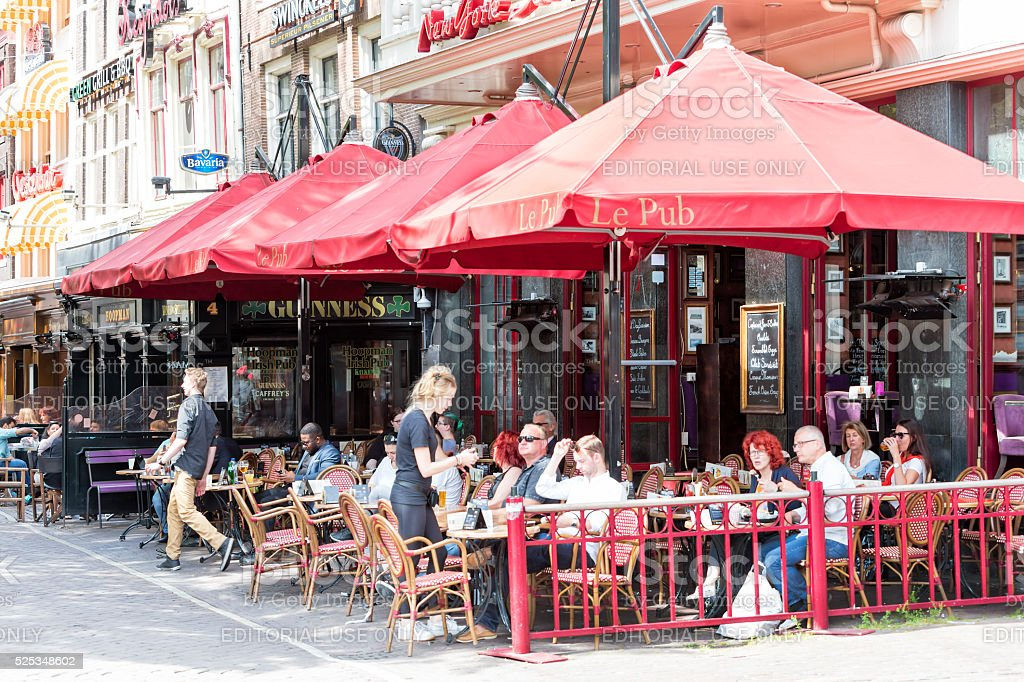People Sitting Out and Having Lunch in Amsterdam, Niederlande stock photo