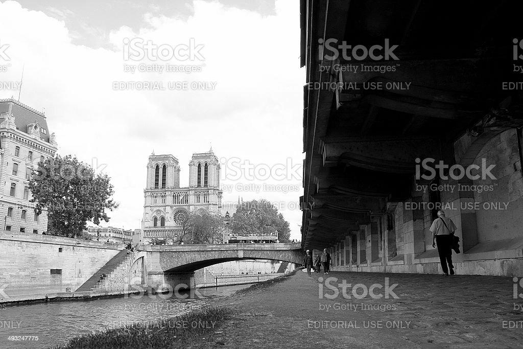 Gente cammina in direzione di Notre-Dame foto stock royalty-free