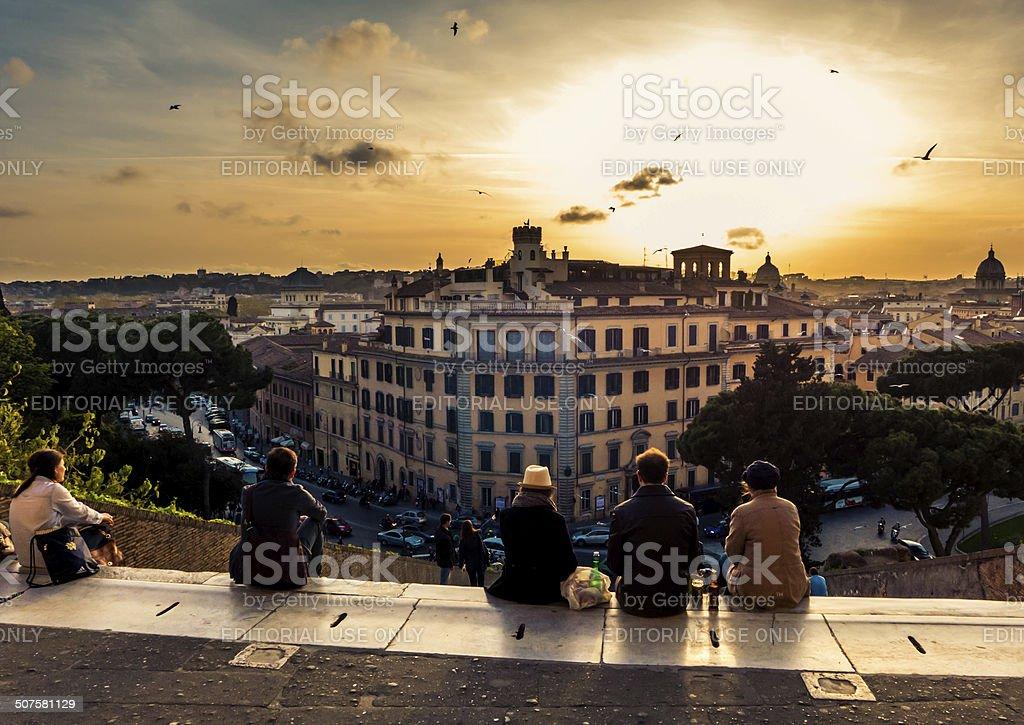 Pessoas assistindo ao pôr do sol, em Roma foto royalty-free