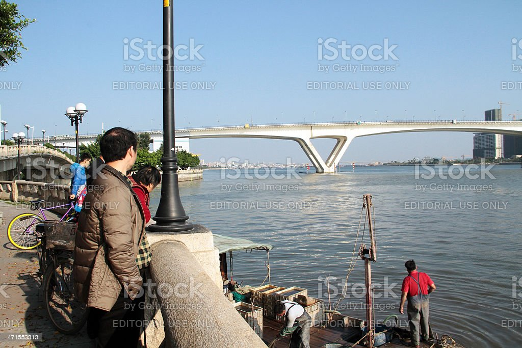 Persone guardare due Fisherman's Pearl River a Guangzhou foto stock royalty-free