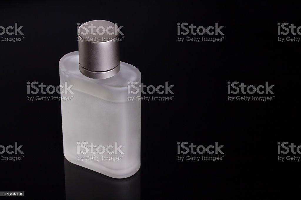 Botella de Perfume sobre un fondo negro. foto de stock libre de derechos