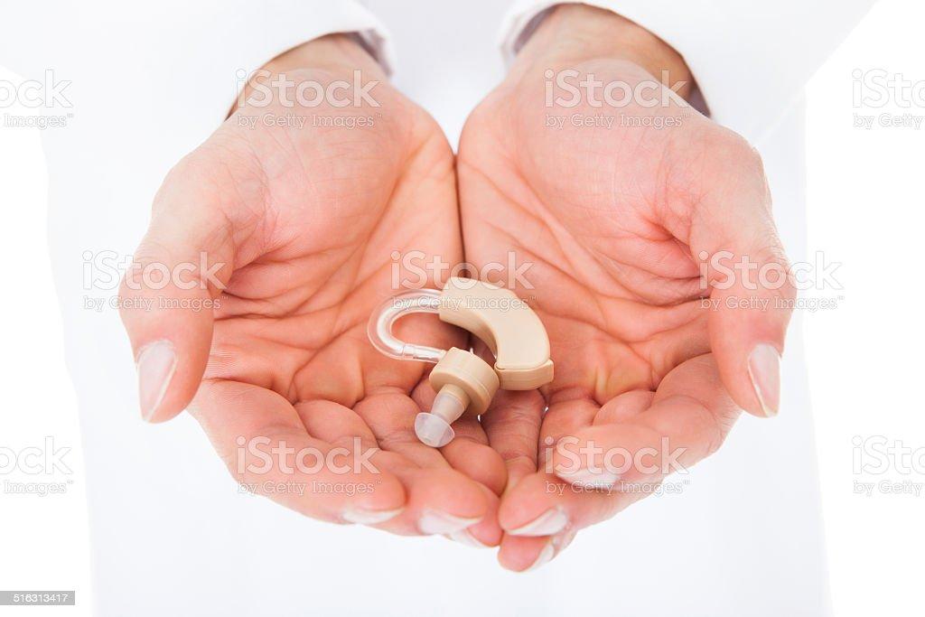 Persona de retención de audífonos en manos ahuecadas - foto de stock
