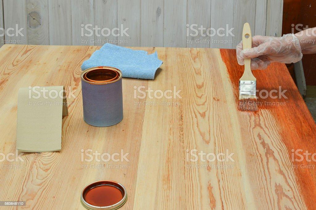 persona pinta con barniz una mesa de madera photo libre de droits