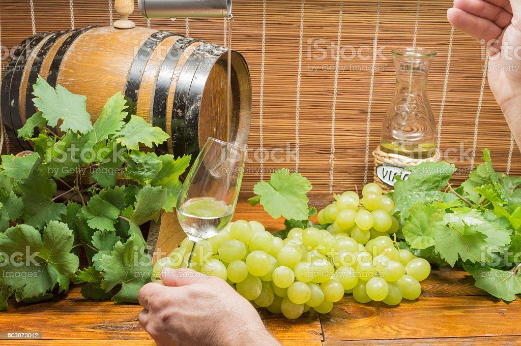 persona vierte vino en la copa photo libre de droits